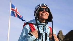 Retrato de la mujer con la bandera de Islandia que agita en viento almacen de metraje de vídeo