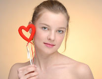 Retrato de la mujer con el corazón de la tarjeta del día de San Valentín del santo Fotografía de archivo