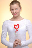 Retrato de la mujer con el corazón de la tarjeta del día de San Valentín del santo Imagen de archivo