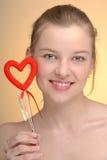 Retrato de la mujer con el corazón de la tarjeta del día de San Valentín del santo Imágenes de archivo libres de regalías