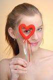 Retrato de la mujer con el corazón de la tarjeta del día de San Valentín del santo Fotos de archivo