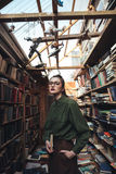 Retrato de la mujer con el libro que mira la cámara Imagen de archivo libre de regalías