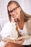Retrato de la mujer con el libro viejo Imagenes de archivo