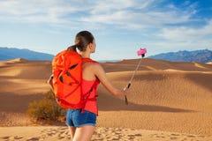 Retrato de la mujer con el palillo del selfie, Death Valley Fotografía de archivo libre de regalías