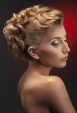 Retrato de la mujer con el peinado creativo Fotos de archivo