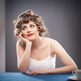 Retrato de la mujer con el pelo del bigudí Foto de archivo