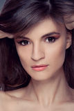 Retrato de la mujer con el pelo del marrón del maquillaje Imagenes de archivo
