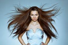 Retrato de la mujer con el pelo del vuelo Foto de archivo libre de regalías