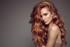 Retrato de la mujer con el pelo hermoso rizado largo del jengibre Fotografía de archivo