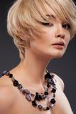 Retrato de la mujer con el pelo rubio Fotos de archivo