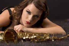 Retrato de la mujer con el saxofón en estilo retro Fotos de archivo libres de regalías