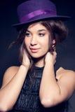 Retrato de la mujer con el sombrero púrpura del cilindro Fotografía de archivo