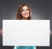 Retrato de la mujer con el tablero blanco en blanco Imagen de archivo