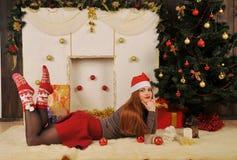 retrato de la mujer con invierno rojo del casquillo de la Navidad Imagen de archivo libre de regalías