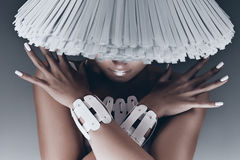 Retrato de la mujer con la cara debajo del sombrero blanco Imágenes de archivo libres de regalías