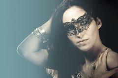 Retrato de la mujer con la máscara veneciana Fotografía de archivo