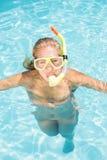 Retrato de la mujer con la natación del engranaje del tubo respirador en piscina Imagenes de archivo