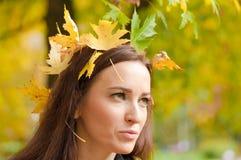Retrato de la mujer con las hojas en su situación del pelo Foto de archivo