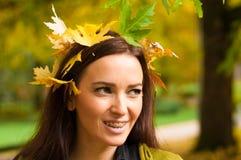 Retrato de la mujer con las hojas en su situación del pelo Fotos de archivo