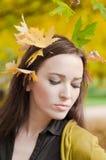 Retrato de la mujer con las hojas en su situación del pelo Imagenes de archivo