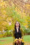 Retrato de la mujer con las hojas en su suplente de las manos Fotografía de archivo libre de regalías