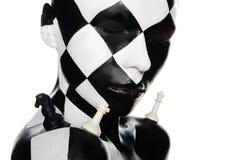 Retrato de la mujer con rostro y pedazos del ajedrez Imagen de archivo