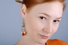 Retrato de la mujer con un pendiente Imágenes de archivo libres de regalías
