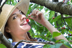 Retrato de la mujer con una cereza Foto de archivo libre de regalías