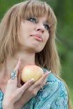 Retrato de la mujer con una manzana Imágenes de archivo libres de regalías