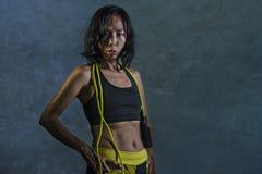 Retrato de la mujer coreana asiática atlética y apta joven en la presentación superior de la cuerda que salta de la aptitud que c imagenes de archivo