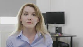 Retrato de la mujer corporativa joven irritada en la oficina que da una palmada a su cara que gesticula la reacción del facepalm  almacen de video