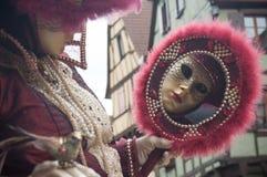 Retrato de la mujer Costumed con el espejo en el desfile veneciano en Riquewihr en Alsacia foto de archivo libre de regalías