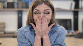 Retrato de la mujer creativa feliz sorprendida metrajes