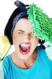Retrato de la mujer de griterío con una fregona y una esponja Imagen de archivo libre de regalías