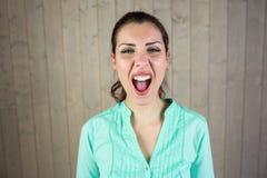 Retrato de la mujer de griterío que sufre de dolor de cabeza Imagenes de archivo