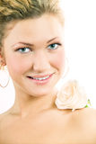 Retrato de la mujer de la belleza con la flor color de rosa Fotografía de archivo