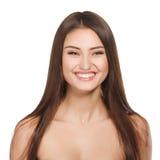Retrato de la mujer de la belleza del goce alegre hermoso de la muchacha adolescente con el pelo marrón largo y la piel limpia ais Fotos de archivo libres de regalías