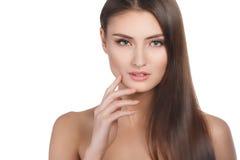 Retrato de la mujer de la belleza del goce alegre hermoso de la muchacha adolescente con el pelo marrón largo y la piel limpia ais Foto de archivo libre de regalías