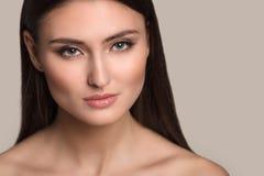 Retrato de la mujer de la belleza del goce alegre hermoso de la muchacha adolescente con el pelo marrón largo y la piel limpia ais Fotografía de archivo