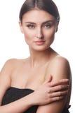 Retrato de la mujer de la belleza del goce alegre hermoso de la muchacha adolescente con el pelo marrón largo y la piel limpia ais Foto de archivo