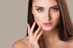 Retrato de la mujer de la belleza del goce alegre hermoso de la muchacha adolescente con el pelo marrón largo y la piel limpia ais Imagen de archivo libre de regalías