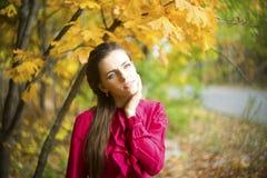 Retrato de la mujer de la belleza del otoño imagenes de archivo