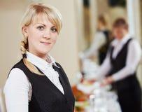 Retrato de la mujer de la camarera en restaurante Imagen de archivo