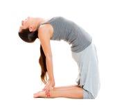 Retrato de la mujer de la flexibilidad en ropa gris Foto de archivo libre de regalías