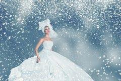 Retrato de la mujer de la moda del invierno de la nieve Imagen de archivo libre de regalías