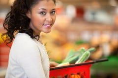 Retrato de la mujer de las compras del supermercado fotografía de archivo