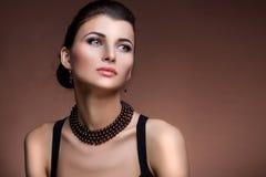 Retrato de la mujer de lujo en joyería exclusiva Fotografía de archivo libre de regalías