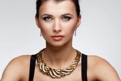 Retrato de la mujer de lujo en joyería exclusiva en backgro natural Fotografía de archivo libre de regalías