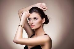 Retrato de la mujer de lujo en reloj exclusivo de la joyería Fotos de archivo