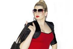 Retrato de la mujer de moda con un bolso Imágenes de archivo libres de regalías